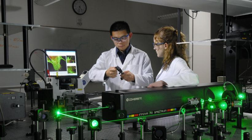 2 researchers work in a laser laboratory